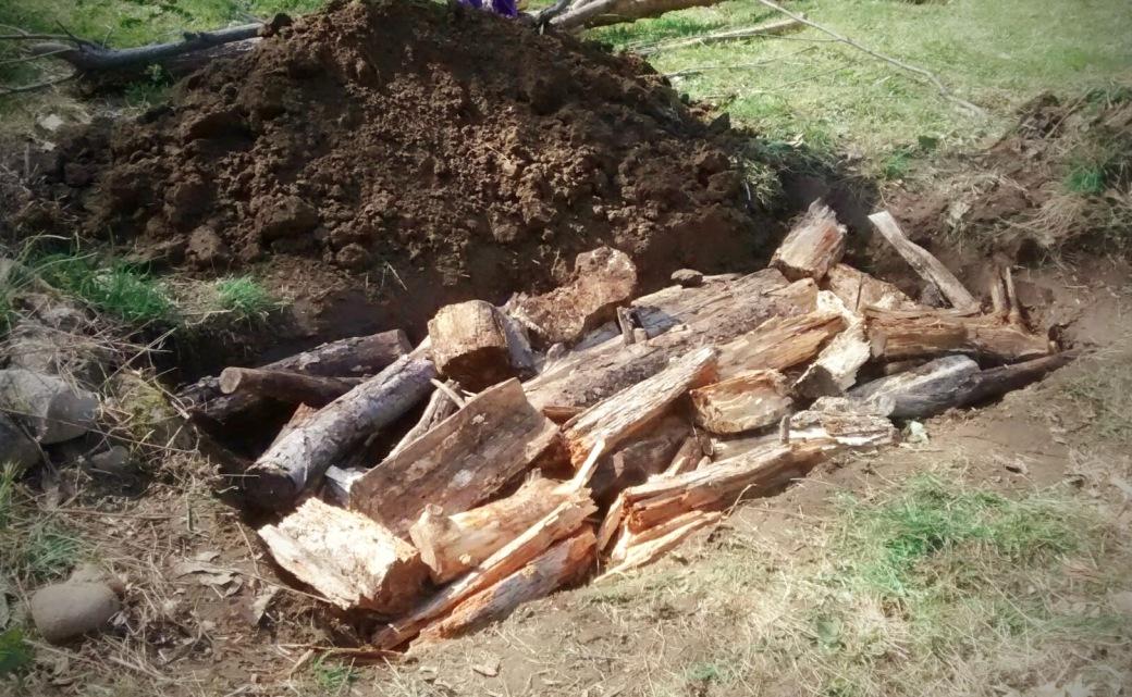 adding logs for Hügelkultur raised garden bed